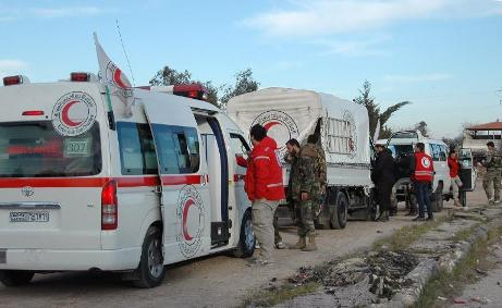 سيارات الهلال الأحمر السوري في انتظار دخولها إلى حمص لإخراج المدنيين-الصورة من وكالة الأنباء الفرنسية
