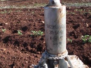 ذخيرة عنقودية صغيرة متشظية مضادة للأفراد طراز 9N235 تم العثور عليها في كفرزيتا بسوريا. كل ذخيرة صغيرة من هذا النوع تحتوي على 395 شظية، يصل حجم بعضها إلى حجم رصاصات المسدسات الـ 9 مللي.