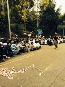 من يفترض أنهم الناخبون وقد أُجلسوا بجلسة عسكرية أمام السفارة السورية في بيروت 28/5/2014