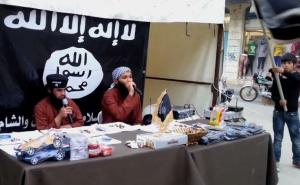 إحدى التجمعات الترفيهية التي تُنظمها داعش لاستقطاب الأطفال، ويتم فيها توزيع الألعاب والهدايا، إلى جانب فقرات فنية ودينية
