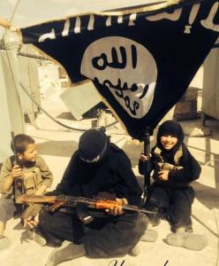 أم بريطانية مع طفليها في تسجيل لداعش