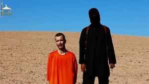 ظهر هاينز في نفس المشهد الذي اعتمدته داعش في إعدامها للمختطفين السابقين، ساتلوف وفولي
