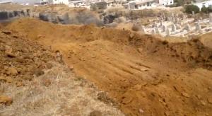 تحضير القبور في الحارة لدفن ضحايا المجزرة
