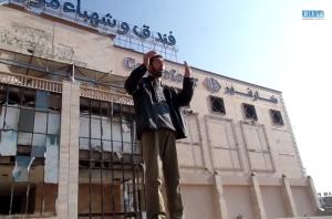 رجل يقوم بالدعاء أمام جثث ضحايا المجزرة