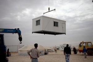 يعيش حوالي 80 ألف لاجئ في المخيم، معظمهم في كرافانات مماثلة