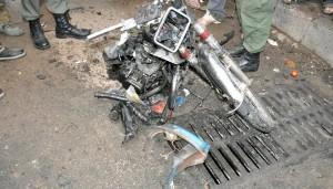 بقايا إحدى الدراجتين اللتين استخدمتا في الانفجارين، كما بثتها مواقع مؤيدة للنظام