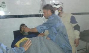 رجال الدفاع المدني يُقدّمون الإسعافات لأحد المصابين