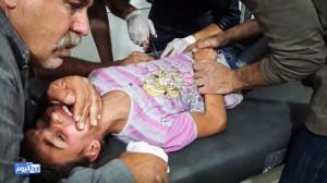 إسعاف أحد الأطفال من المصابين في المجزرة