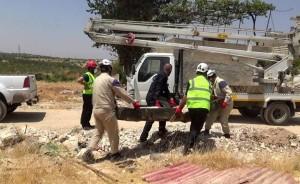 بدأ الدفاع المدني بنقل الجثث إلى مقبرة بعيدة عن المنطقة السكنية