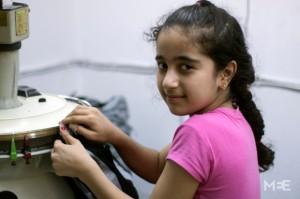 الطفلة نيفين عمر (12 سنة) تعمل في مشغل خياطة في تركيا-الصورة عن  middleeasteye