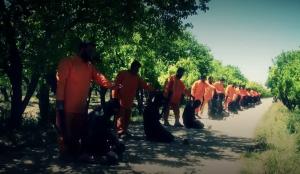 ارتدى عناصر جيش الإسلام البدلات البرتقالية التي يرتديها ضحايا تنظيم داعش
