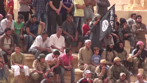 انتشر عناصر داعش المسلحين بكثافة بين الجمهور الذي بدى عليه الوجوم والخوف
