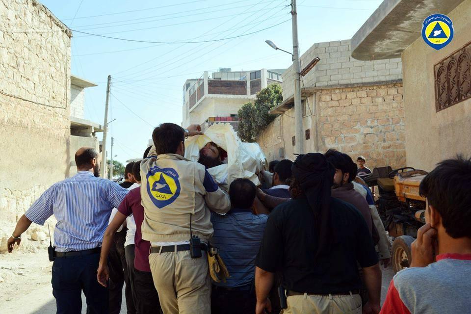 عناصر الدفاع المدني يُشيّعون زميلهم عبد الرزاق عبود، والذي قضى في الغارات على بلدة سرمين هذا اليوم