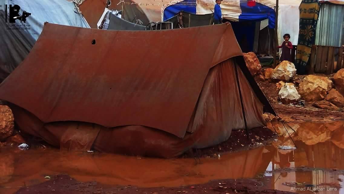 خيمة غمرتها المياه في مخيم أطمة في تركيا