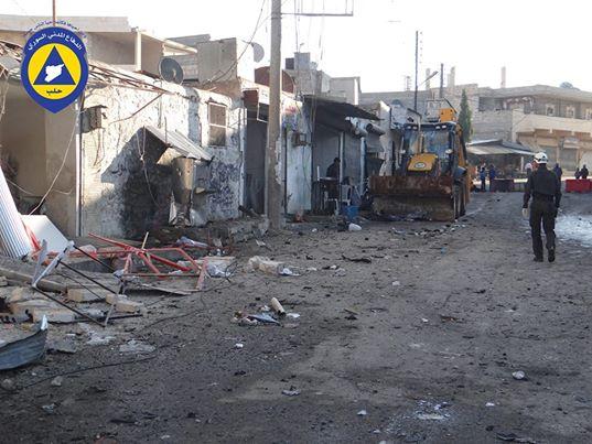 عناصر الدفاع المدني يقومون بتنظيف منطقة الانفجار