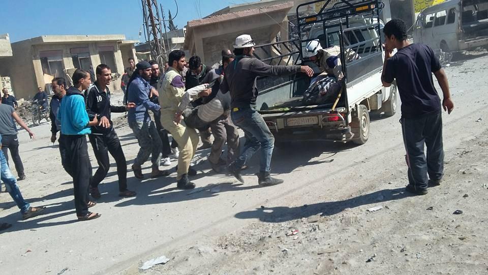 إسعاف الضحايا في بلدة نمر بعد استهدافها بالبراميل المتفجرة