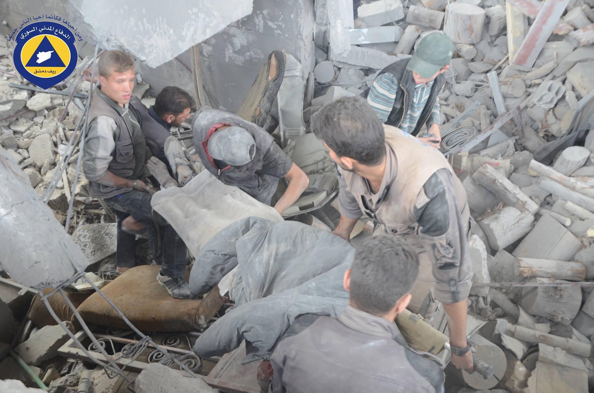 عناصر الدفاع المدني يقومون بانتشال الضحايا في مسرابا