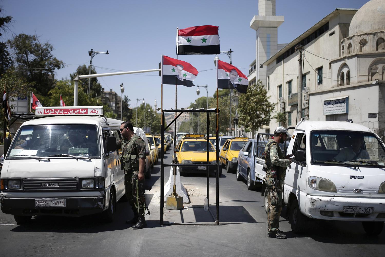 تقوم الحواجز الأمنية في المناطق التي يُسيطر النظام عليها باعتقال الشباب الذكور