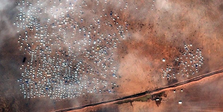 نشرت منظمة هيومان رايتس ووتش صوراً من الأقمار الصناعية تُظهر وجود أكثر من 1450 مأوى مؤقتاً (خيمة) عند معبر الركبان الحدودي