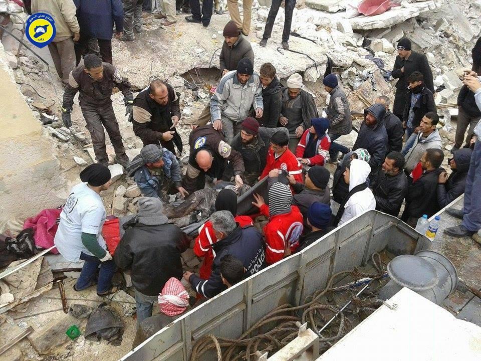 عناصر الدفاع المدني يستخرجون الضحايا من تحت الأنقاض بعد الغارة