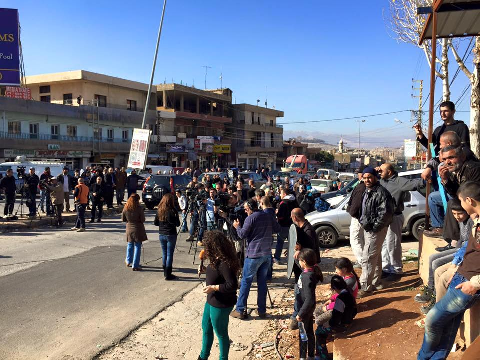 أهالي وصحفيين على الحدود اللبنانية في انتظار وصول الجرحى من الزبداني