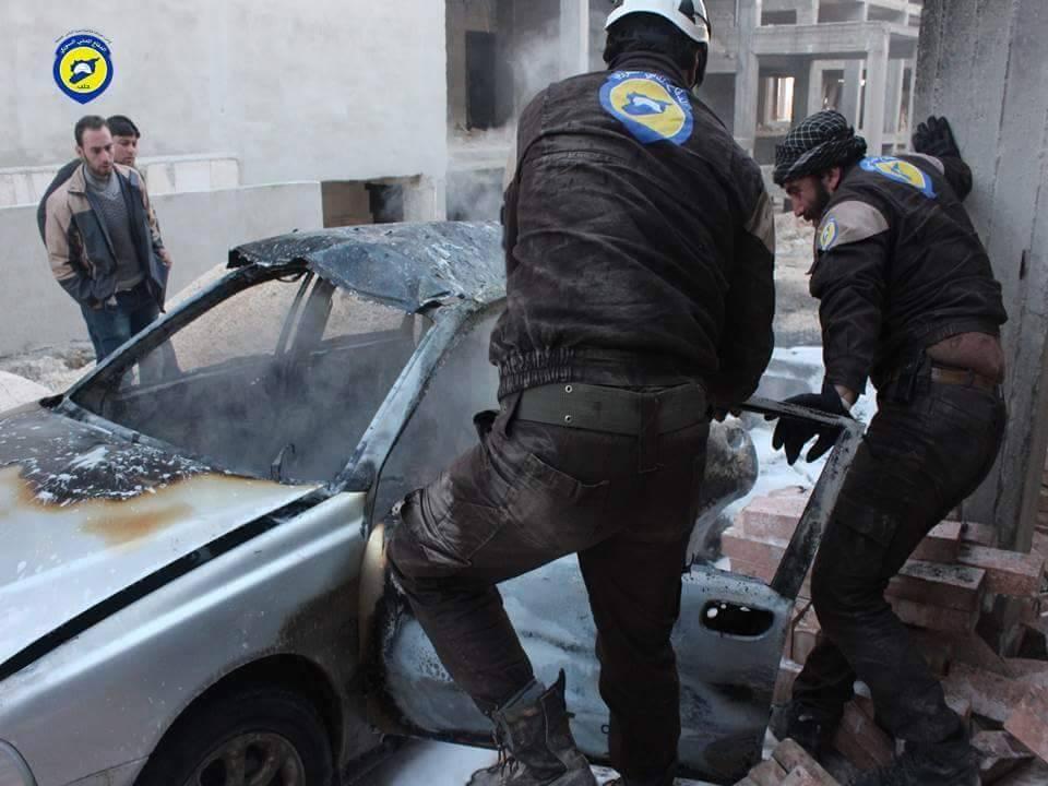 عناصر الدفاع المدني ينتشلون الجرحى بعد استهداف المشفى