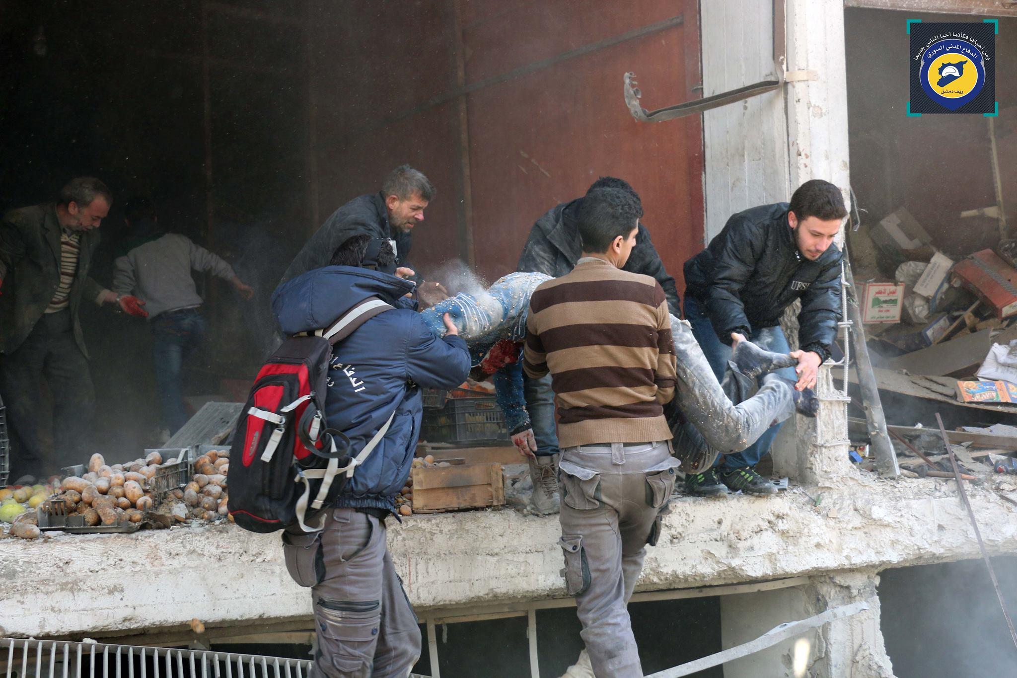 إنقاذ الضحايا في مدينة حمورية بعد القصف