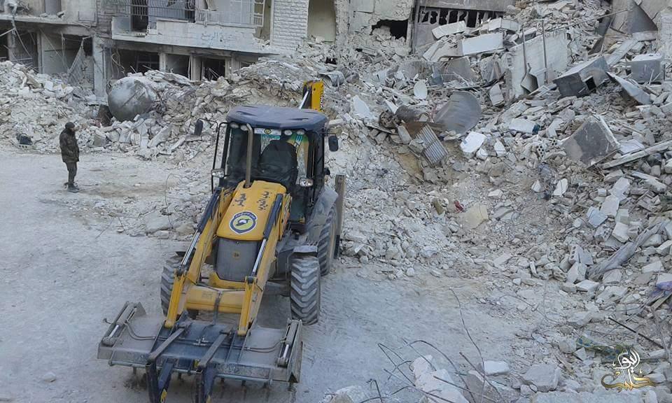 جهاز الدفاع المدني يعمل على رفع الأنقاض في حي السكري
