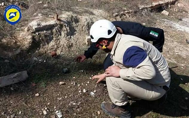 قام عناصر الدفاع المدني بجمع بقايا القنابل العنقودية في بلدة كفرناها