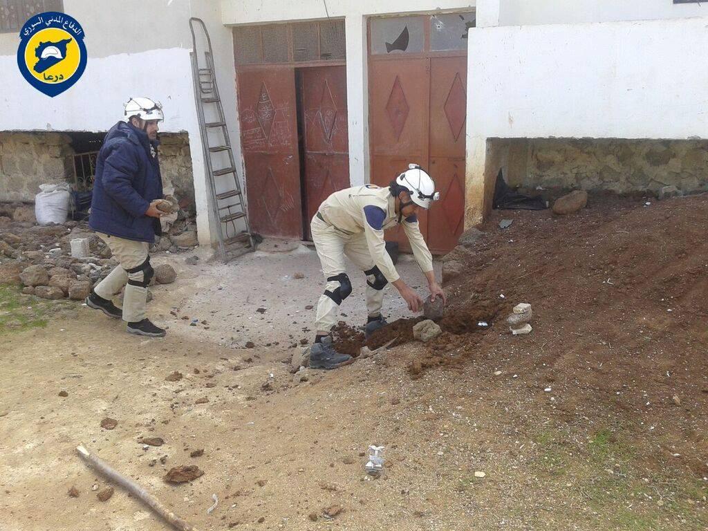 قام عناصر الدفاع المدني بوضع إشارات حول القنابل العنقودية التي لم تنفجر في قرية الصورة