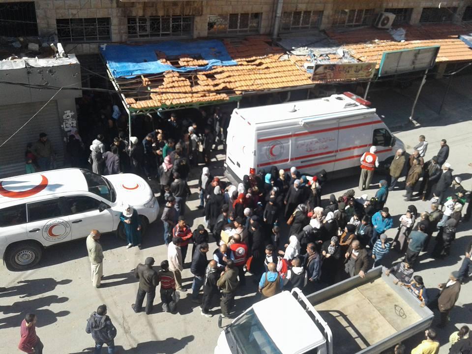 مجموعة من الأهالي يتجمعون حول العيادة المتنقلة التي دخلت إلى مضايا يوم الأربعاء