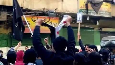 قام عناصر الجبهة برفع علمها وتمزيق علم الاستقلال الذي كان المتظاهرون يرفعونه
