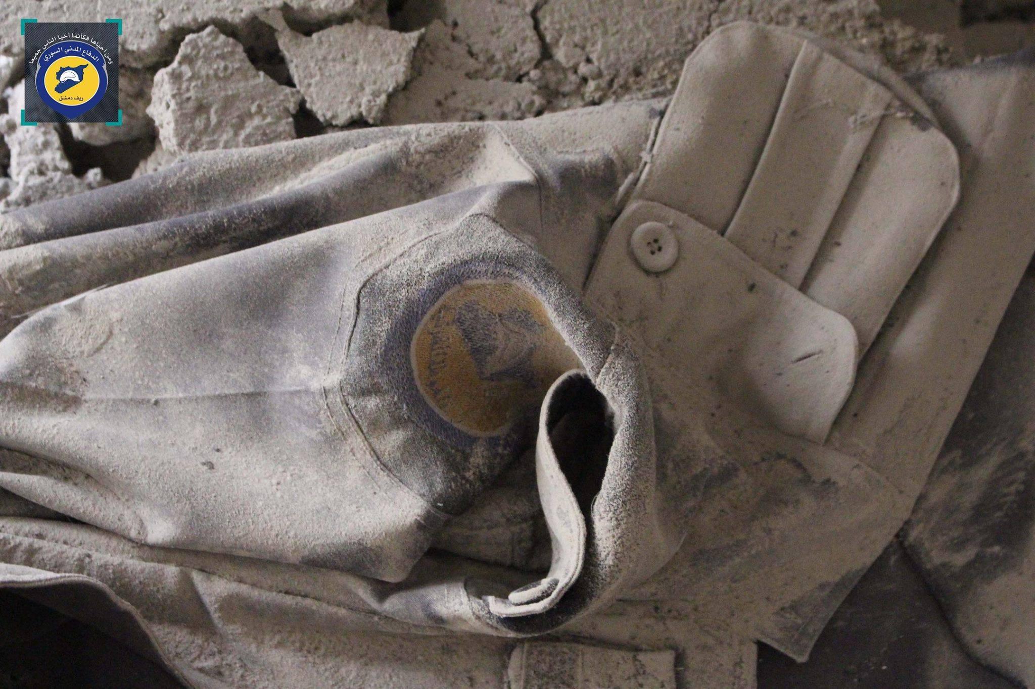 الزي الرسمي لعنصر الدفاع المدني محمد وليد الغوراني الذي قُتل في الغارات على دير العصافير اليوم