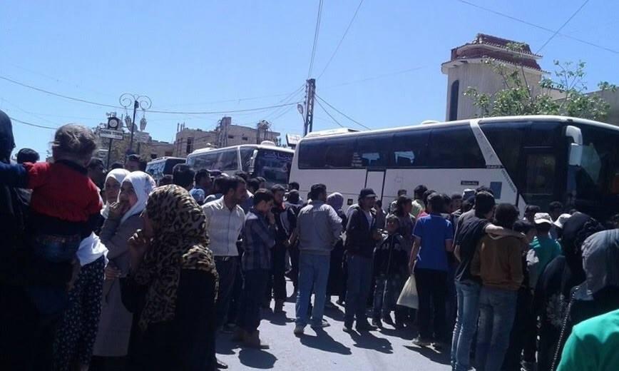 تجمع الخارجين من الزبداني اليوم أمام الباصات التي أحضرتها الأمم المتحدة