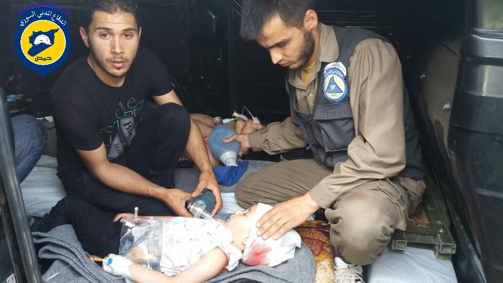عناصر الدفاع المدني يُقدّمون المساعدة لطفلة جريحة بعد الغارات التي استهدفت الحولة هذا اليوم