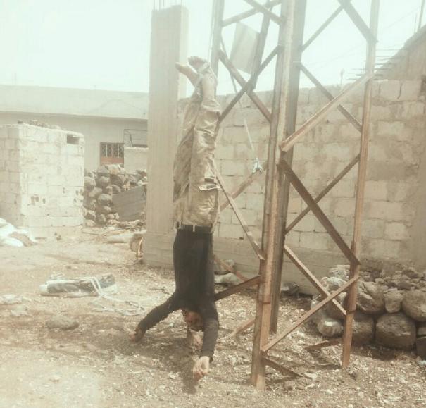 صورة بثّها لواء شهداء اليرموك لأحد عناصر الكتائب المعارضة والذين تم إعدامهم وتعليق جثثهم على أعمدة الكهرباء