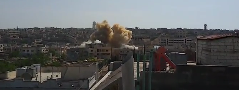 لحظة سقوط أحد الصواريخ التي استهدفت مدينة الرستن هذا اليوم