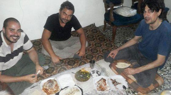 الصحفيون الثلاث في صورة لهم قبل اختطافهم
