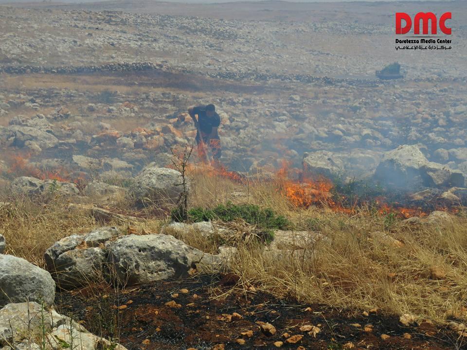 أدى القصف إلى اشتعال النيران في الأراضي الزراعية المجاورة للطريق الرئيسي
