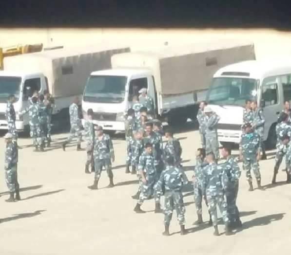 أرسل السجناء من داخل السجن صوراً تُظهر تجمع عشرات من قوات حفظ النظام وعناصر الأمن العسكري في باحة السجن