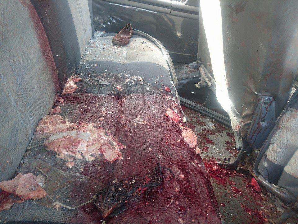 آثار الدماء في حافلة النقل التي تم استهدافها