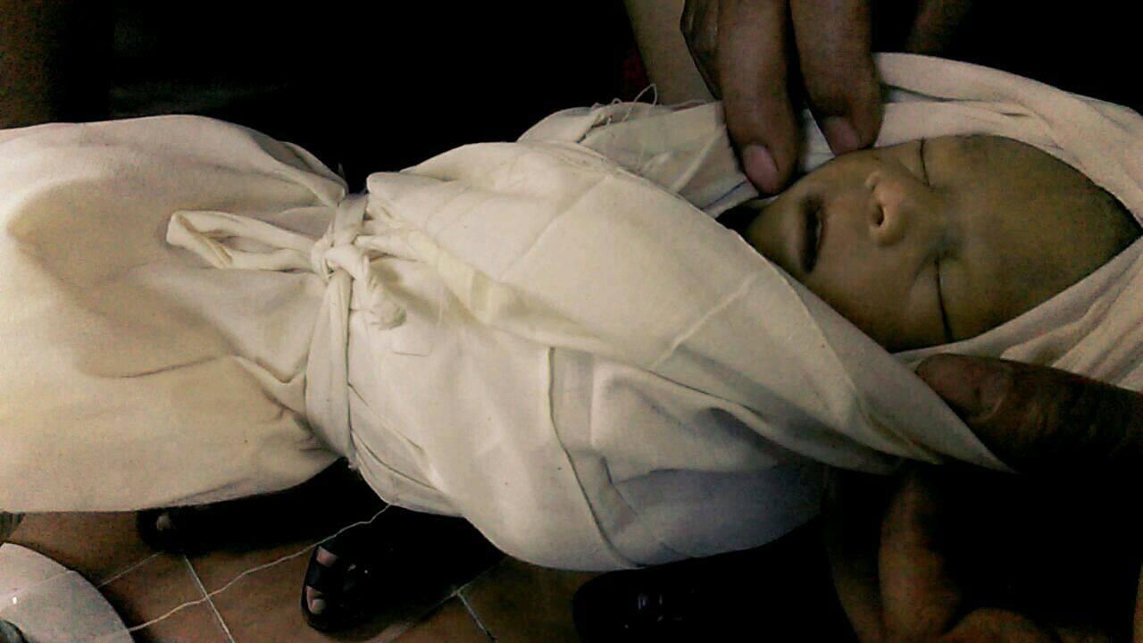 الطفل وليد حمشو، يبلغ من العمر 20 يوماً، وقتل نتيجة للقصف