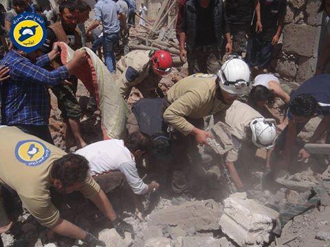عناصر الدفاع المدني يحاولون استخراج الضحايا من تحت الأنقاض في سراقب