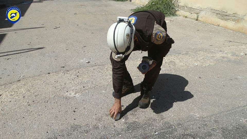 أحد عناصر الدفاع المدني يقوم برفع مخلفات القنابل العنقودية في حيان هذا اليوم