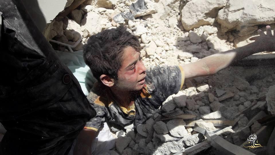 تمكّن عناصر الدفاع المدني من استخراج الطفل أحمد، الناجي الوحيد من الأسرة