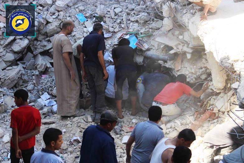 الأهالي وعناصر الدفاع المدني يقومون برفع الأنقاض بعد الغارات التي استهدفت المنطقة السكنية في المخيم. واستغرقت عملية رفع الأنقاض وإخراج الضحايا أكثر من خمس ساعات