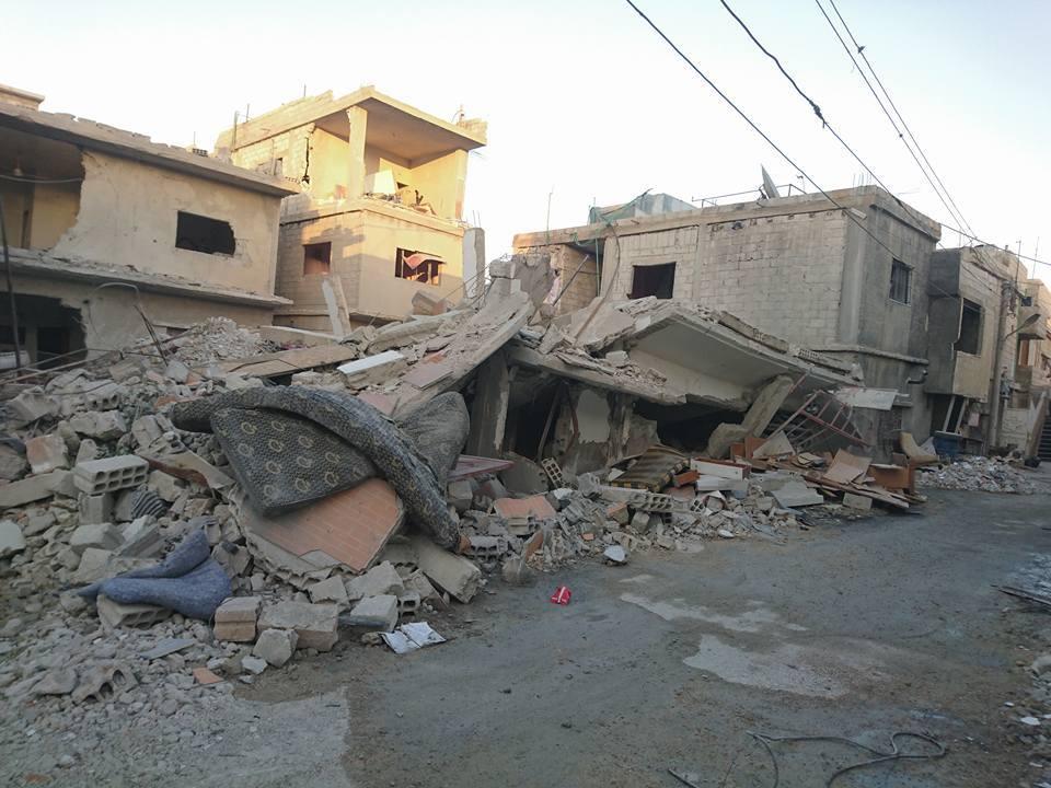 آثار القصف الذي خلّفته الغارات على المباني السكنية في المخيم