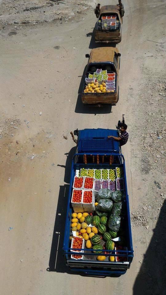 بعض سيارات القافلة التي وصلت من مدينة جرجناز إلى أحياء حلب الشرقية