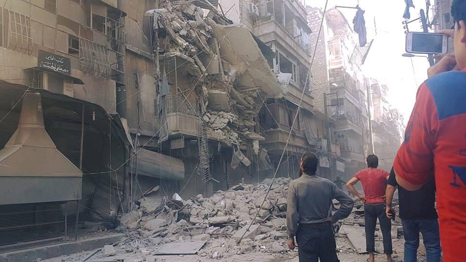 أدّى القصف إلى انهيار مبنى من خمسة طوابق