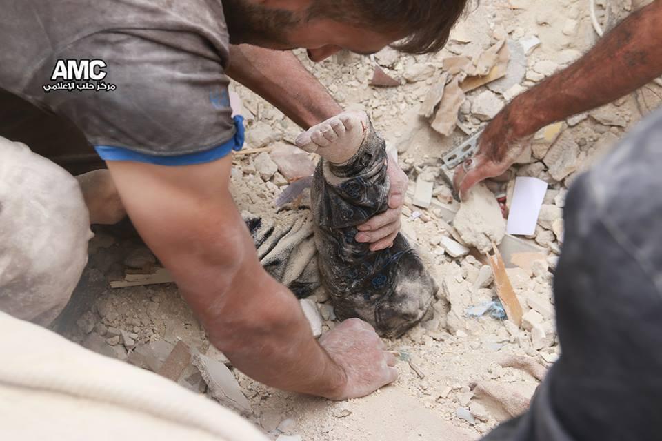 عناصر الدفاع المدني ينتشلون طفلة من تحت الأنقاض في حي المرجة